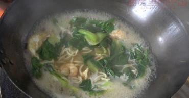 Zuppa di Spaghetti con Verdure e Gamberi
