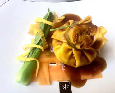 Fagottini ripieni di gamberi in salsa di ostriche