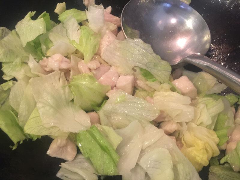 Pollo piccante con insalata Iceberg