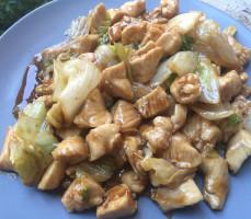 Pollo piccante con insalata